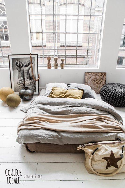 chambre un lit au sol une hirondelle dans les tiroirs. Black Bedroom Furniture Sets. Home Design Ideas