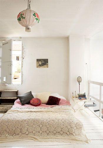 chambre un lit au sol une hirondelle dans les tiroirs