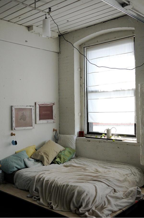 Chambre un lit au sol une hirondelle dans les tiroirs for Lit sous fenetre