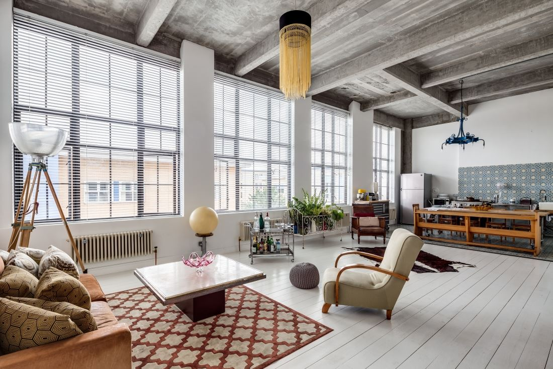 Un loft entre indus et art d co une hirondelle dans les for Design apartment 50m2