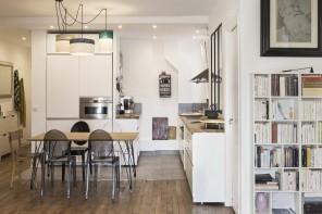 Un appartement à la cuisine ouverte